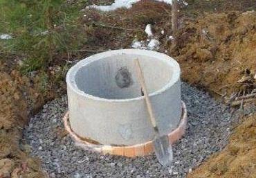 И для бетонных, и для деревянных конструкций наличие отмостки по периметру будет крайне желательным