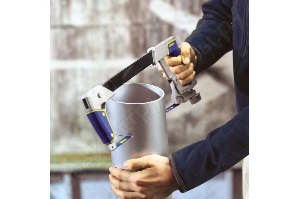Нарезать детали можно и специальными ножницами для ПВХ труб, но не у всех они имеются