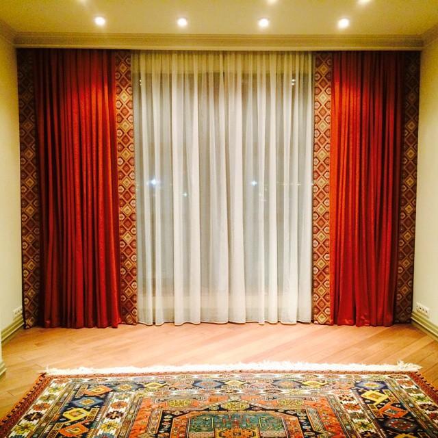 Очень важно учитывать рисунок на шторах, он должен быть примерным как и на ковре