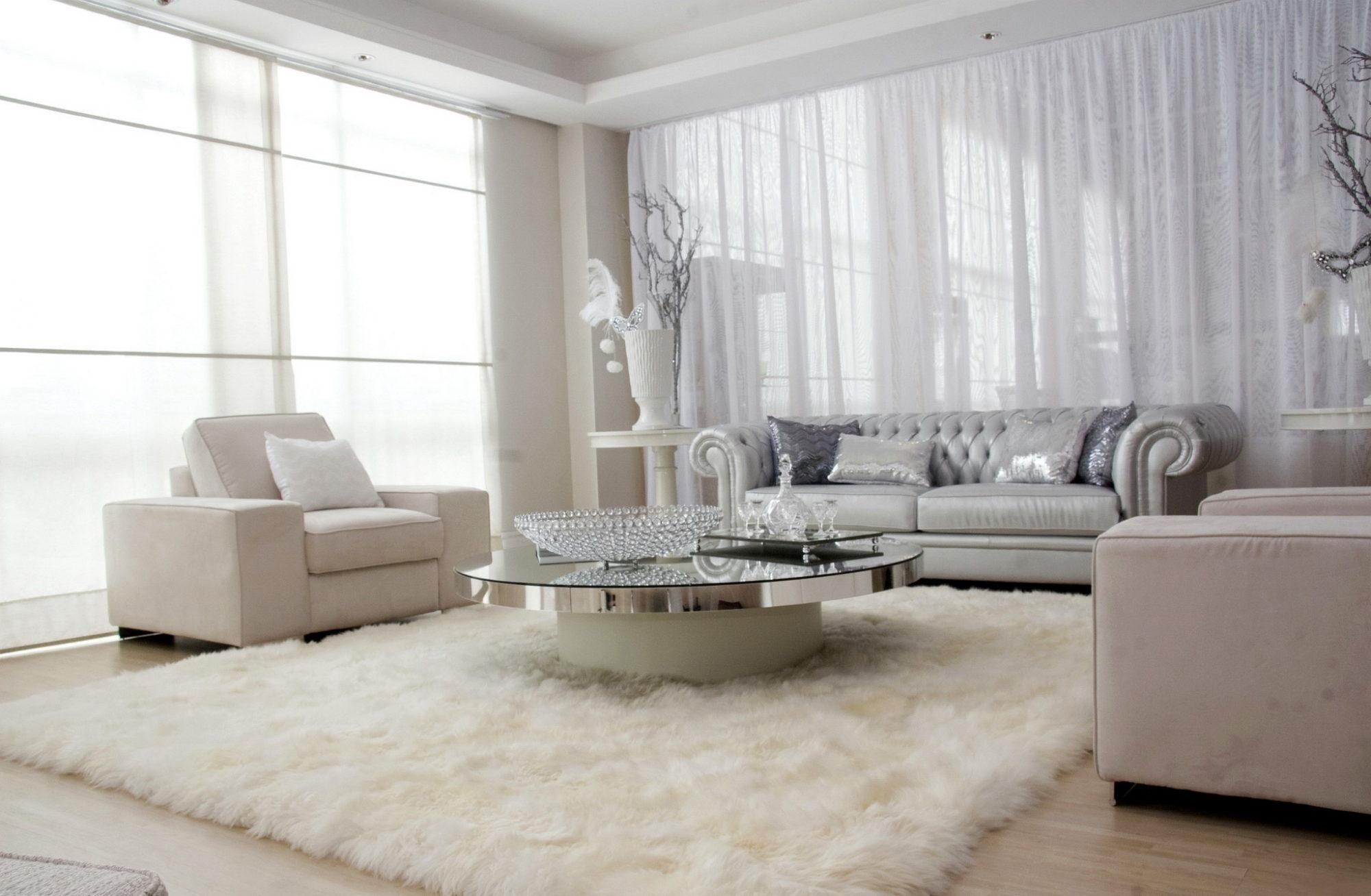 Выбирая ковры и шторы нейтральных тонов - это всегда будет выигрышным вариантом в интерьере комнаты