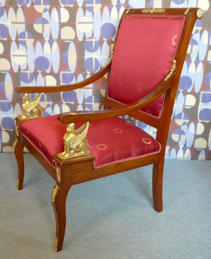 Кресла для стиля ампир могут иметь изогнутые спинки и ножки или подлокотники