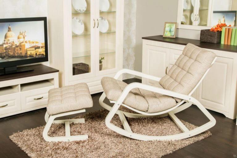 Кресло- качалка универсальное кресло, на котором можно расслабиться, почитать книгу или посмотреть фильм