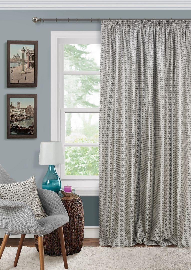 Серые шторы и того же оттенка ковер является классикой в интерьере
