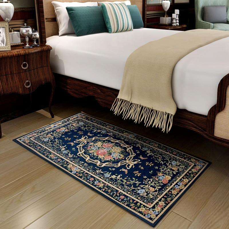 В спальню, где находится много мебели можно разместить 2 небольших ковра с обеих сторон кровати