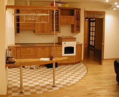 Совмещение плитки и ламината для зонирования кухни