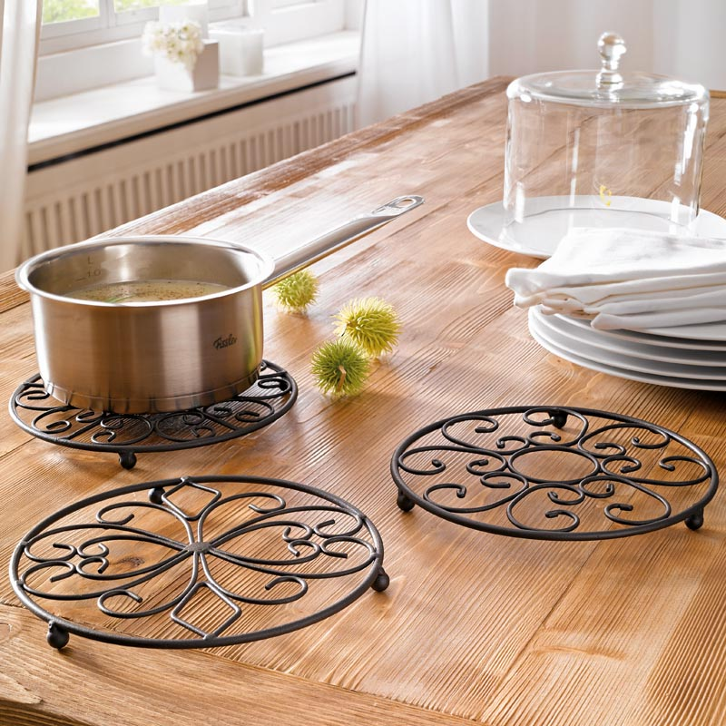 Подставки и подложки под горячую посуду могут быть резиновыми или металлическими
