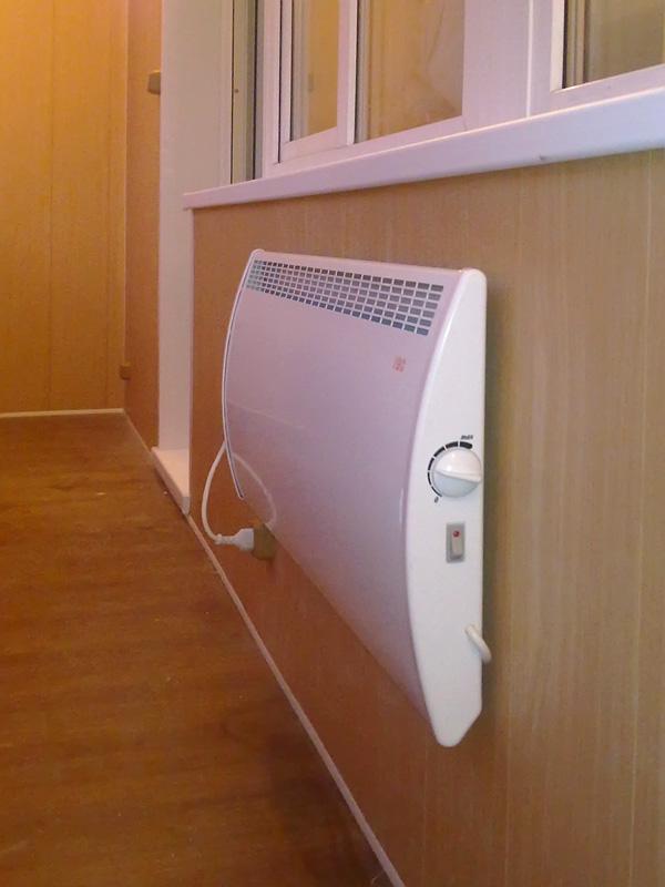 На балконе для обогрева можно устанавливать электрические радиаторы или провести теплый пол