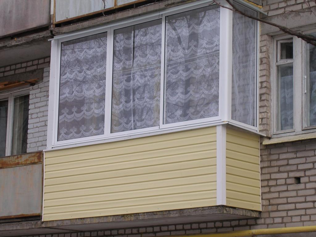 Для утепления балкона с наружи используйте материал как сайдинг