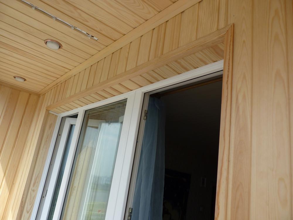 Красиво и уютно, но не стоит обшивать балкон деревянной вагонкой из-за постоянного присутствия влаги