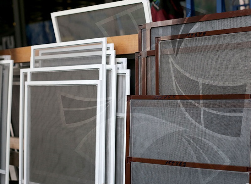 Многие владельцы балконов игнорируют мелочь такую как: москитные сетки, которые необходимо заказывать вместе со стеклопакетом, иначе можно не найти размеры сеток под ваше окно