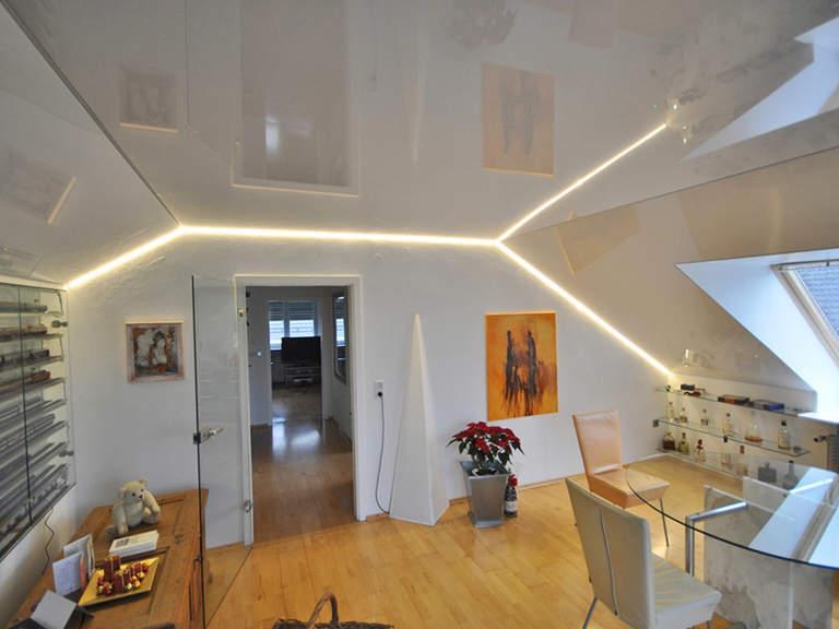 Натяжной потолок можно установить под разным углом и разной формы