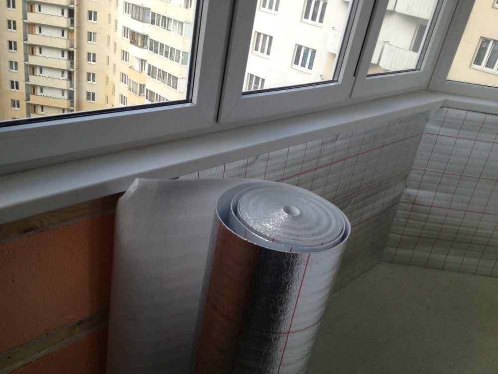 Обтягивая пенофолом стены балкона создаем гидро- и теплоизоляцию
