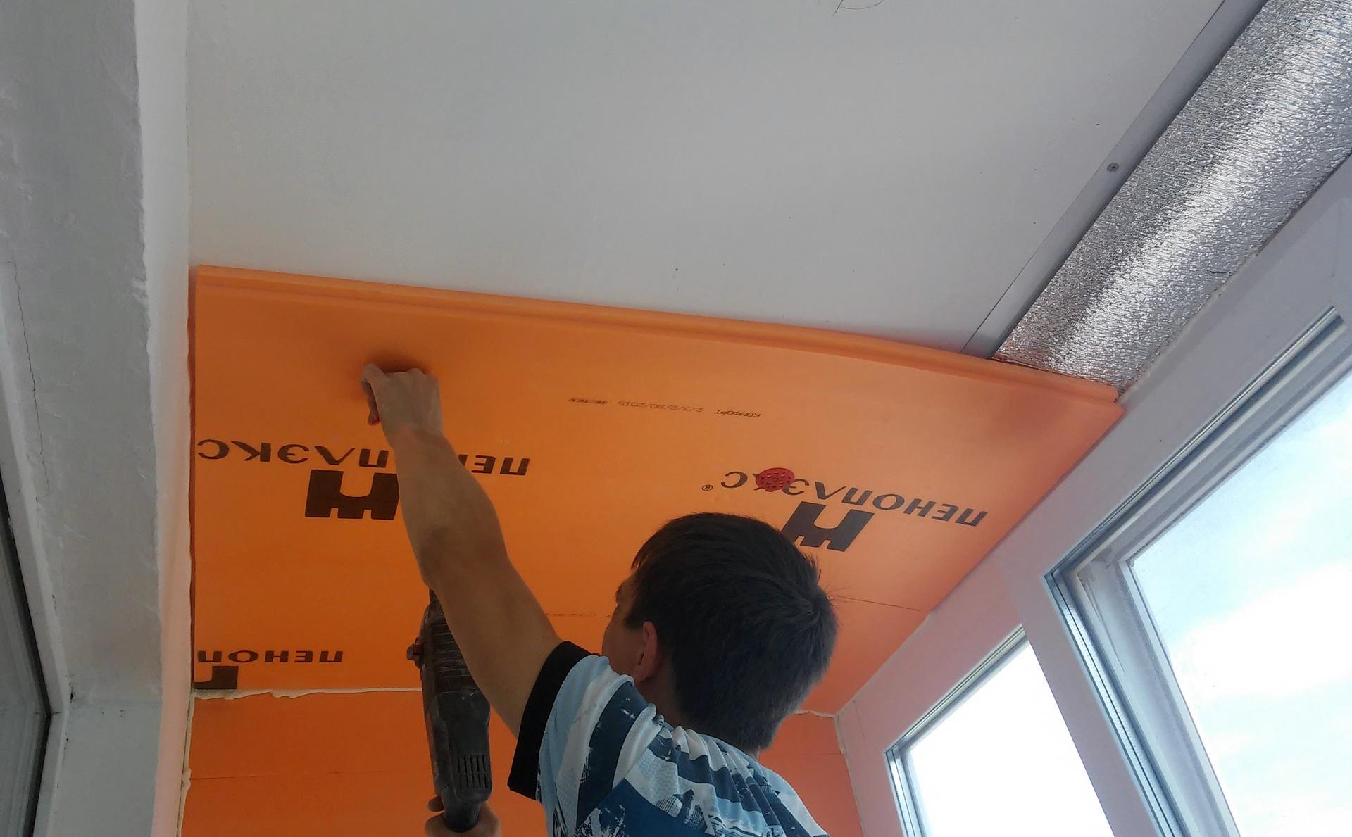 Нанесите клей по периметру листа пеноплекса или пенопласта и приклеиваем к потолку, для большей надежности фиксируем дюбелями со шляпками