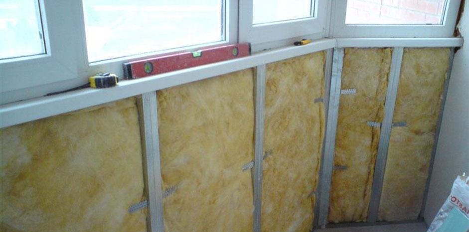 Для укладки утеплителя на стену необходимо соорудить обрешетку из деревянных досок