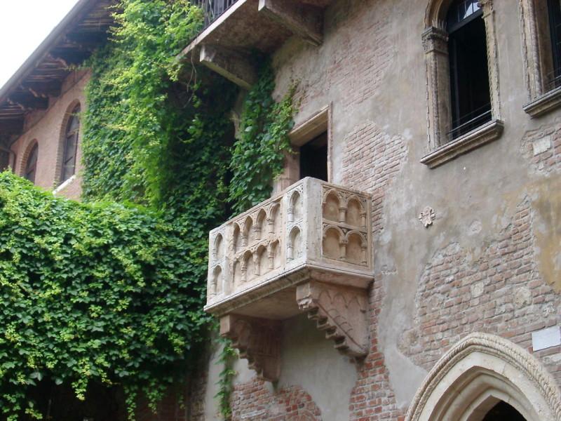 «Балкон Джульетты» в Вероне. Дом действительно старинный, XIII в., но практически полностью перестроен в 30-е годы ХХ-го, в связи с выходом фильма Джорджа Кьюкора