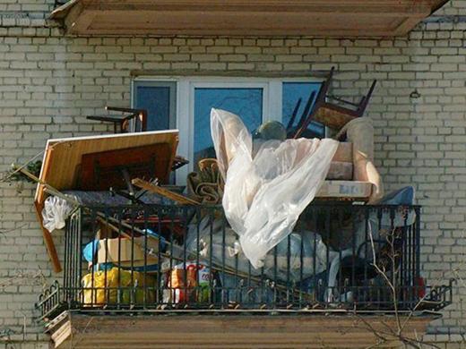 «Крайний», но всё еще не редкий вид балкона в наших городах.