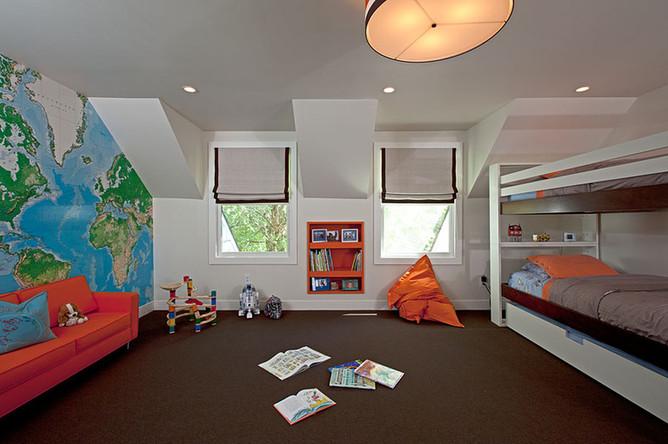 Ярко-оранжевый диван на фоне бирюзово-зелёной карты мира компенсируется спокойными цветами остального интерьера