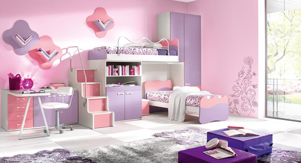 Сочетание розовых и сиреневых – пример использования аналогичных цветов в детской. Дополнительный акцент –гораздо более насыщенные фиолетовыепуфы