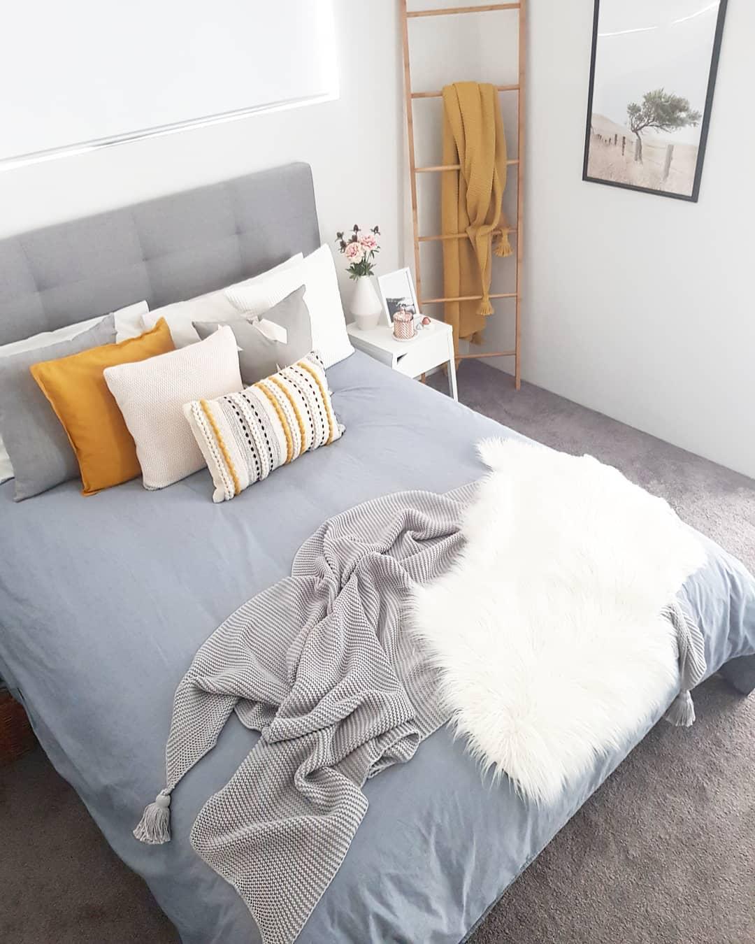 Раскладываем подушки классическим методом: в два ряда поочередно сначала большие, потом маленькие подушки и посередине самую маленькую