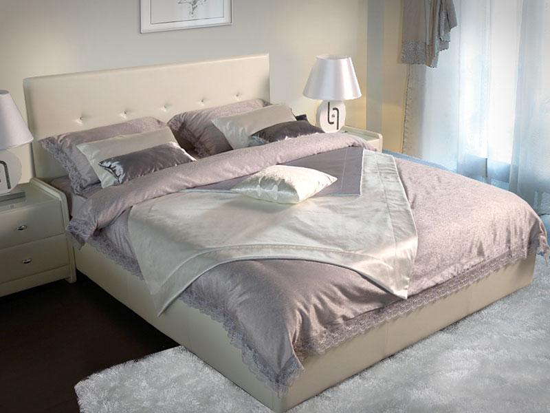 Плед уложенный в виде ромба украшает кровать