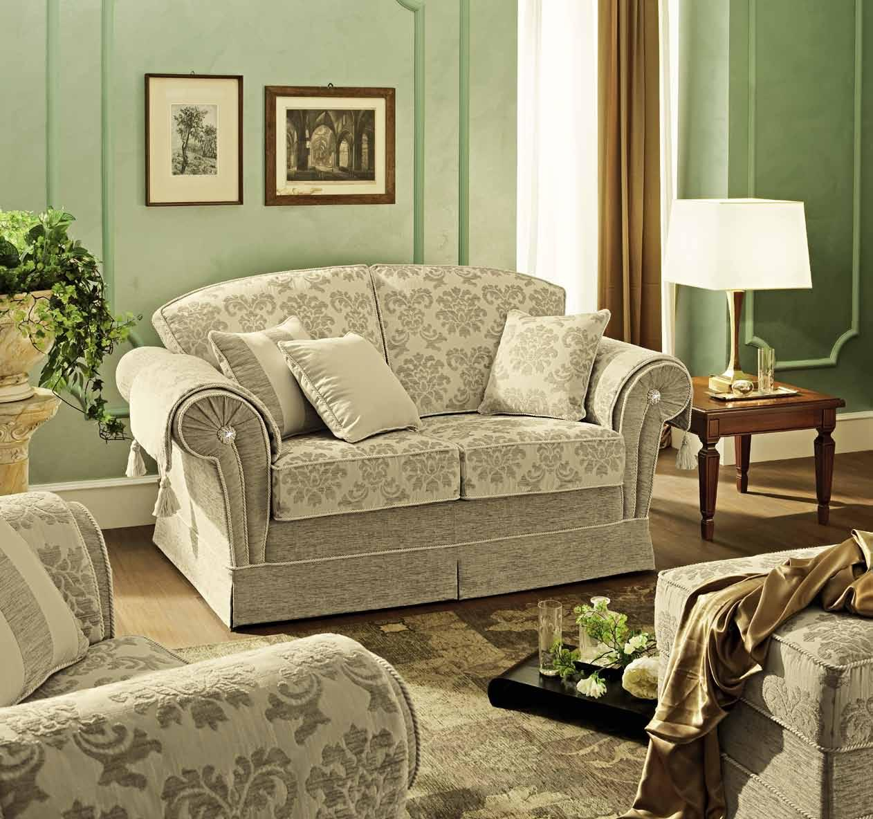Двухместный компактный диван с двумя пуфами облегчат комнату