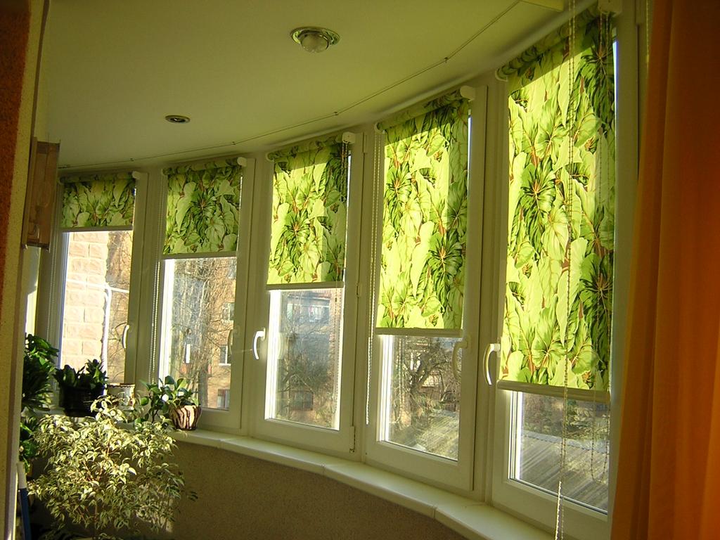 Рулонные шторы еще называют тканевые ролеты, которые намотаны на специальный вал и опускающие при помощи механизма