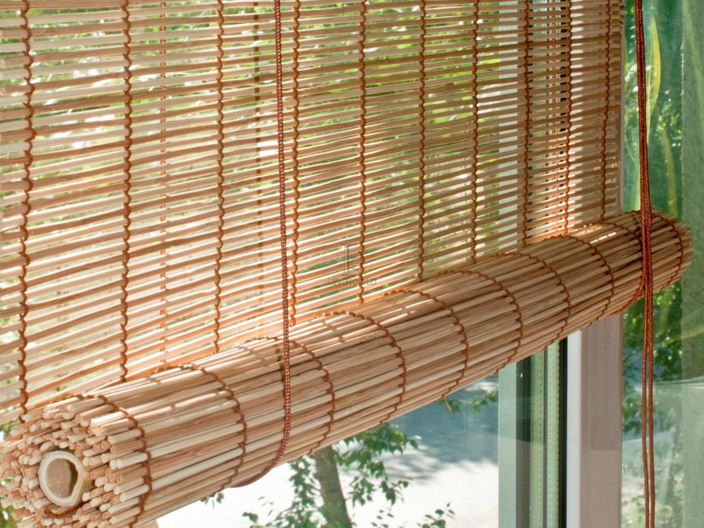 Более современный вид штор для балкона, изготавливаются в виде: бамбуковых рулонных штор и бамбуковых жалюзи