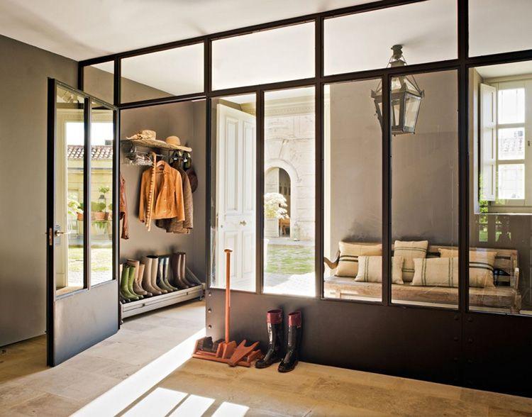 Освещение комнаты солнечным светом со стеклянной перегородкой из прихожей