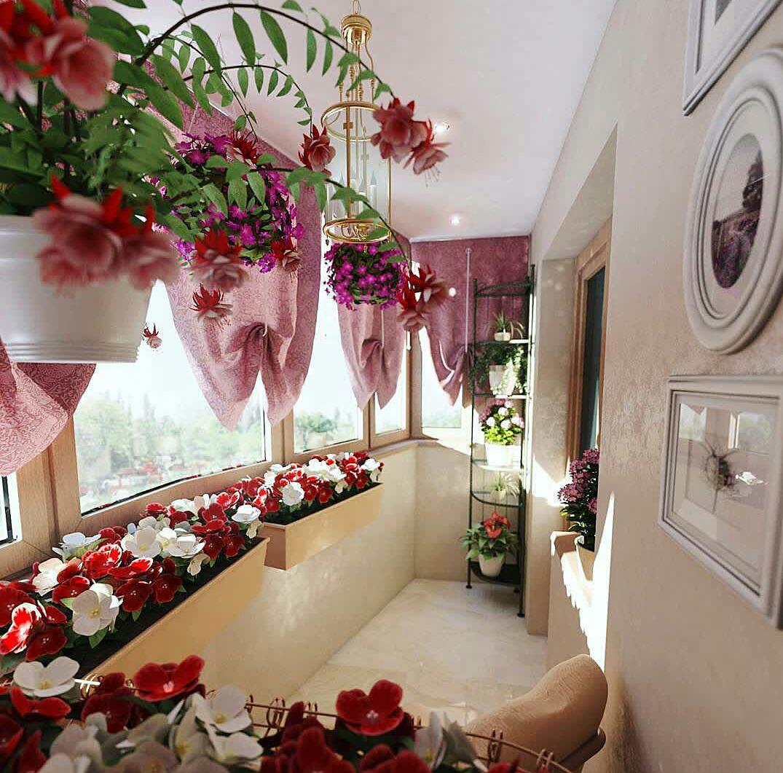 Закрытый балкон с цветами