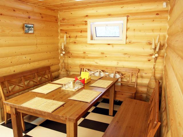 Интерьер комнаты отдыха в деревянной бане должен быть умиротворенным