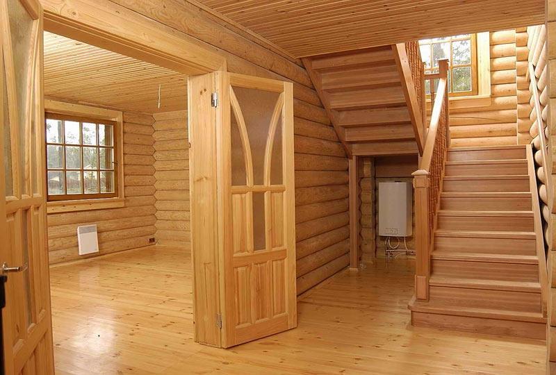 Интерьер помещений двухэтажного сруба с деревянными перекрытиями.