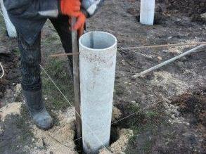 Использование асбоцементных труб для заливки опорных столбов.
