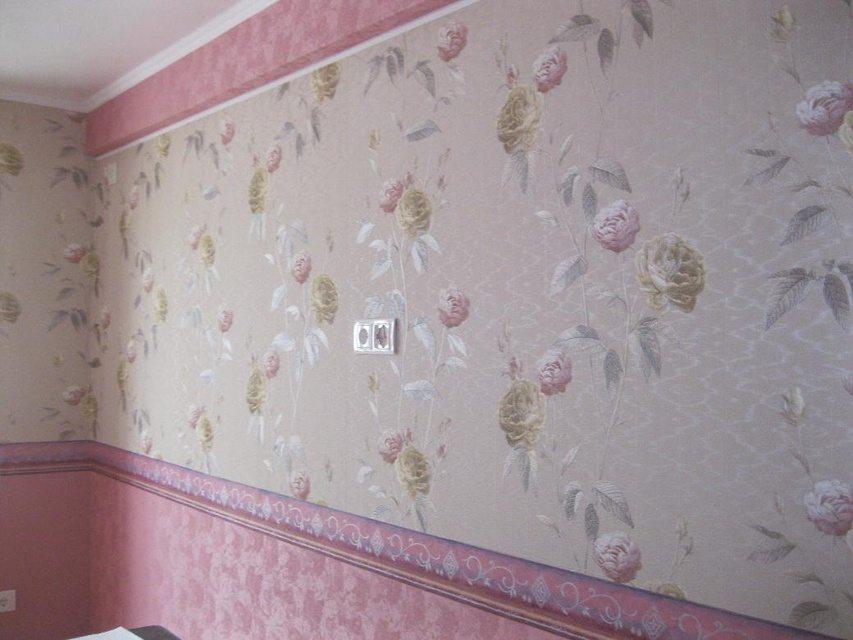 Используя багет, можно сделать оклеенные обоями стены более выразительными