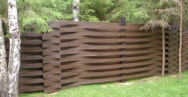 Из простых материалов можно сделать оригинальную и красивую ограду.