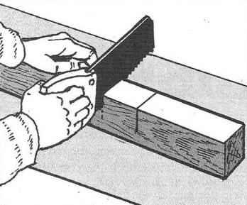 Изготовление поперечного паза ножовкой.