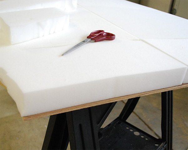 К фанере можно приклеить различные материалы.