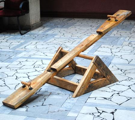 Качели-балансир требуют наличия как минимум двух участников забавы.