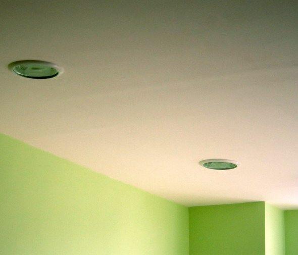 Качественная отделка стен и потолка позволяет обойтись без плинтусов