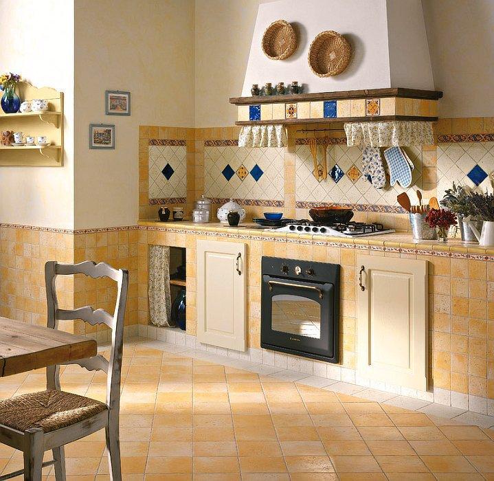 Кафельный пол - прекрасное решение для кухни.