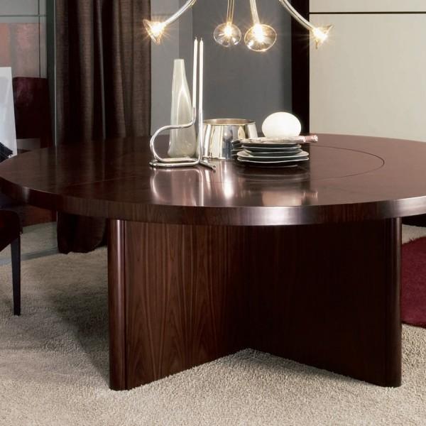 Капитальный стол большого диаметра.