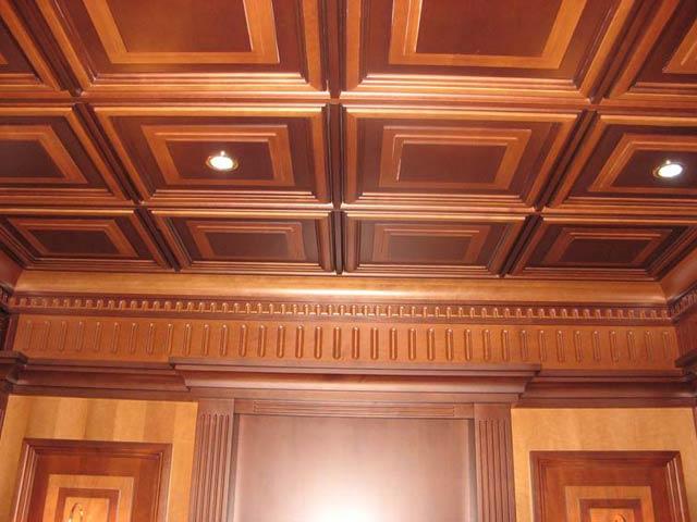 Классические деревянные панели для отделки потолка в кабинете