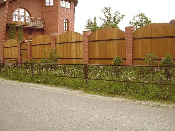 Комбинированная конструкция сделает ограду более долговечной.