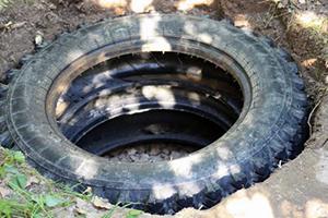 Конструкции из двух-трех шин вполне достаточно для того, чтобы летний душ для дачи из дерева функционировал нормально