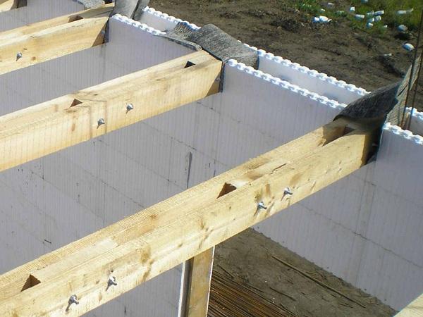 Конструкции из несъемной опалубки всегда оснащаются перекрытиями из древесины