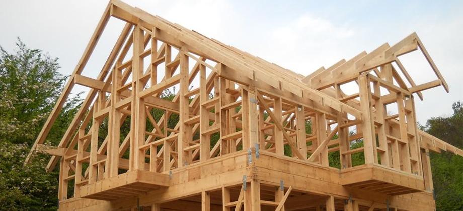 Конструкция деревянного дома в процессе возведения