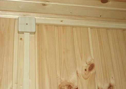 Короб, подобранный в цвет деревянным стенам