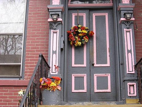 Красивая и тёплая дверь из дерева