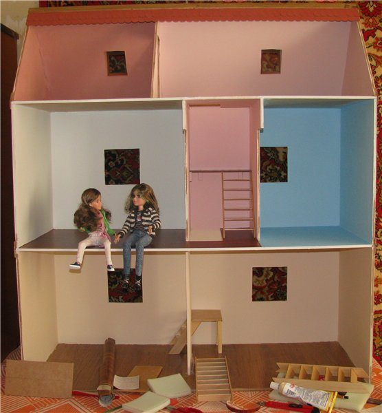Кукольный дом из фанеры на окончательных этапах сборки