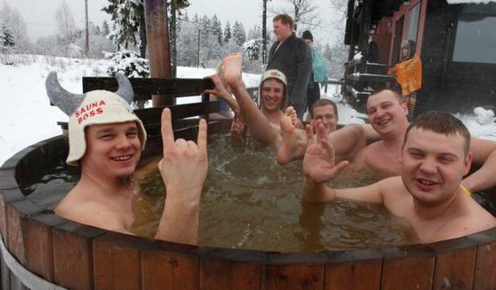 Купание в холодной воде после бани повышает настроение и заряжает бодростью.