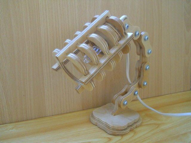 Лампа настольная из фанеры с регулируемой ножкой